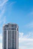 白色公寓房塔在蓝色热带天空下 免版税库存图片