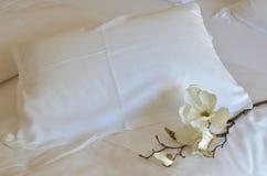 白色兰花和枕头 图库摄影