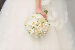 白色兰花婚礼花束 库存图片