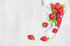 白色具体土气背景用草莓 夏天健康吃概念 平的位置,顶视图 免版税库存照片