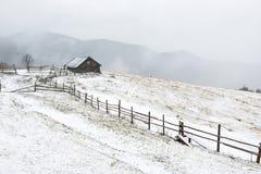 白色冬天山的议院 图库摄影