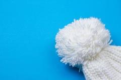 白色冬天被编织的盖帽 免版税库存图片