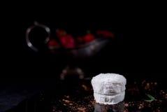 白色冰淇凌用巧克力和草莓 免版税库存照片