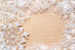 白色冷淡的分支,报道用雪、雪花和圆的拷贝空间在自然没有漆的木背景 免版税库存图片