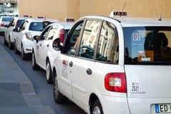 白色出租汽车乘出租车队列线罗马意大利 库存照片