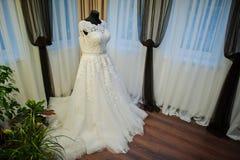 白色别致的婚礼礼服 免版税库存照片