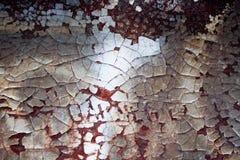 白色削皮,破裂的油漆,在铁锈 免版税图库摄影