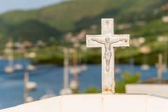 白色十字架在公墓 库存照片