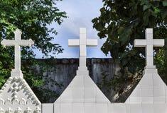 白色十字架在坟园 图库摄影