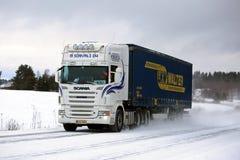 白色半斯科讷卡车运输在冬天 免版税库存照片
