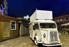 白色卡车夜在里加圣诞节市场上 图库摄影