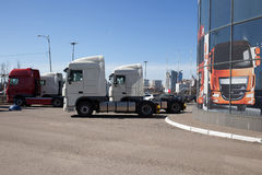 白色卡车站在队中 免版税图库摄影