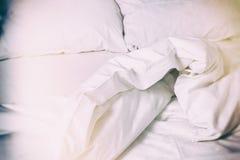 白色卧具背景 被弄皱的床单,点燃葡萄酒影片作用 免版税库存照片