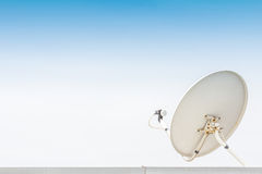 白色卫星天线 库存照片