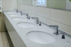 白色卫生间水槽和窗口 免版税库存照片