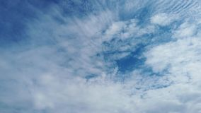 白色卷积云令人敬畏的时间间隔在一美丽的天空蔚蓝的 股票视频