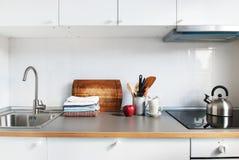 白色厨房内部辅助部件苹果计算机产品 图库摄影