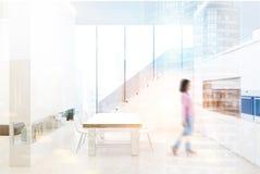 白色厨房内部,台阶,妇女 免版税库存图片