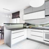 白色厨房和餐厅 免版税库存照片