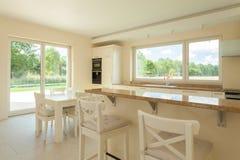 白色厨房在现代房子里 图库摄影