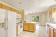 白色厨房室在有罢工甲板的空的房子里 免版税库存图片