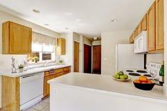 白色厨房室在老房子里 库存图片