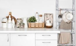 白色厨房长凳和葡萄酒绘了与各种各样的器物的梯子 免版税图库摄影
