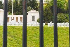 白色发怒对准线在Sures美国军事公墓  免版税库存照片