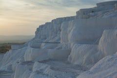 白色古老钙自然水池在平衡的棉花堡,土耳其环境美化 库存照片