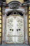 白色古色古香的巴洛克式的门 免版税库存照片