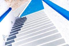 白色台阶建筑学细节在地中海样式的 免版税图库摄影