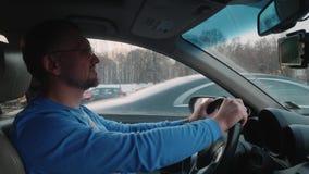 白色司机移动汽车在有繁忙的不同的汽车路和交通的城市  冬天日落 股票录像