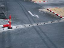 白色向左转交通在柏油路的箭头标志 免版税库存照片