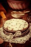 白色和巧克力圣诞节蛋糕在葡萄酒看 免版税库存照片