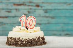 白色和巧克力蛋糕与十个蜡烛 免版税库存照片