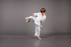 白色和服的空手道男孩 免版税图库摄影