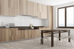 白色和木餐厅和厨房角落 图库摄影