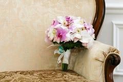 从白色和桃红色兰花的美丽的婚礼花束 库存图片