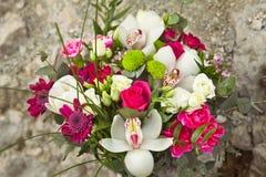 白色和桃红色婚礼花束 免版税库存图片