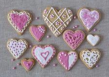 白色和桃红色心脏曲奇饼 免版税库存图片