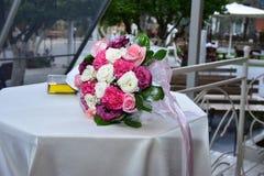 白色和桃红色玫瑰和torah新娘花束  免版税库存照片