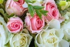 白色和桃红色玫瑰婚礼花束 在花的下落 植物群 免版税图库摄影