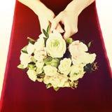 从白色和桃红色玫瑰的婚礼花束与减速火箭的过滤器effe 免版税库存图片