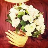 从白色和桃红色玫瑰的婚礼花束与减速火箭的过滤器effe 图库摄影