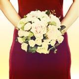从白色和桃红色玫瑰的婚礼花束与减速火箭的过滤器effe 库存照片