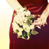 从白色和桃红色玫瑰的婚礼花束与减速火箭的过滤器effe 库存图片