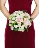 从白色和桃红色玫瑰的婚礼花束在新娘的手上 库存照片