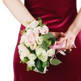 从白色和桃红色玫瑰的婚礼花束在新娘的手上 免版税库存照片