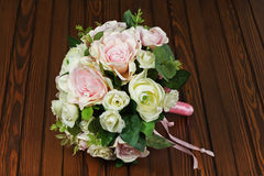 从白色和桃红色玫瑰的婚礼花束在木背景 免版税图库摄影