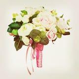 从白色和桃红色玫瑰的花束与减速火箭的过滤器作用 图库摄影